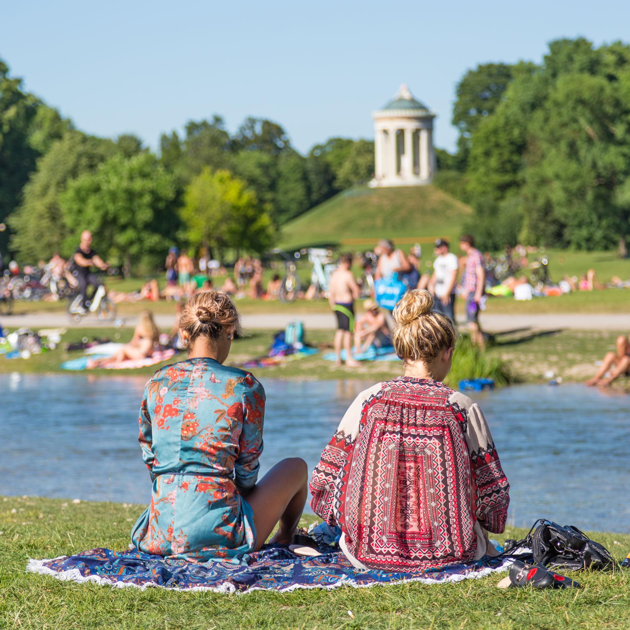Personas disfrutando de un día de sol en Englischer Garten
