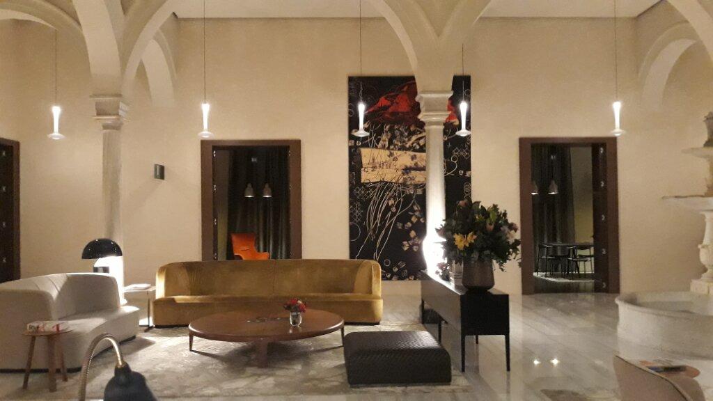 imagen destacada del artículo sobre arquitectura comercial en españa, apareciendo en esta imagen el interior del Hotel Mercer, en Sevilla