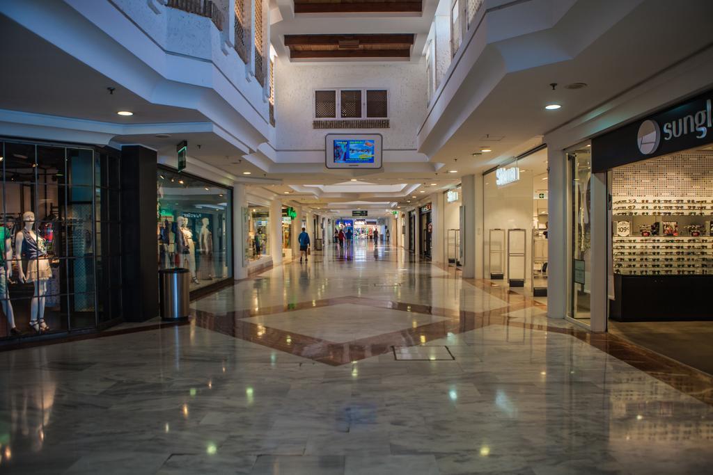 imagen del interior del centro comercial Bahía Sur en San Fernando (Cádiz)